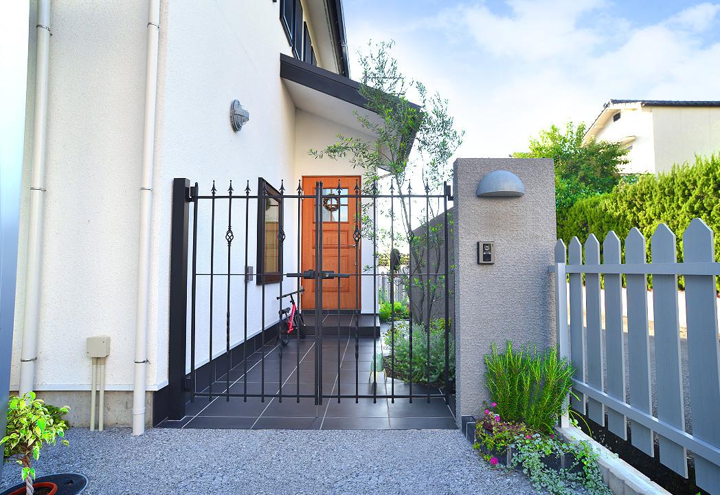 オリーブが似合う欧風な玄関