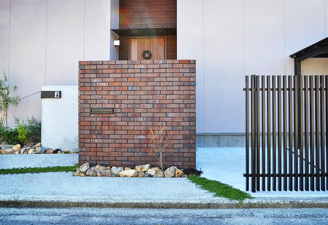 レンガの門柱とコンクリートの門柱