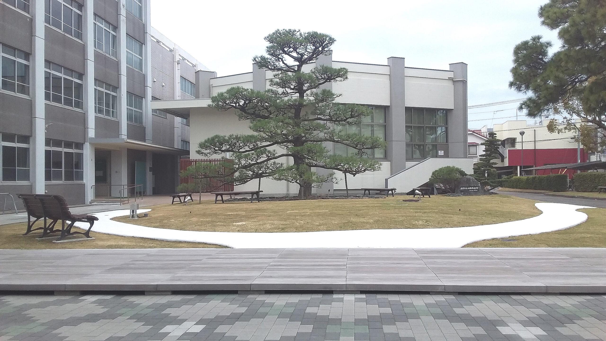 愛媛大学の芝生広場