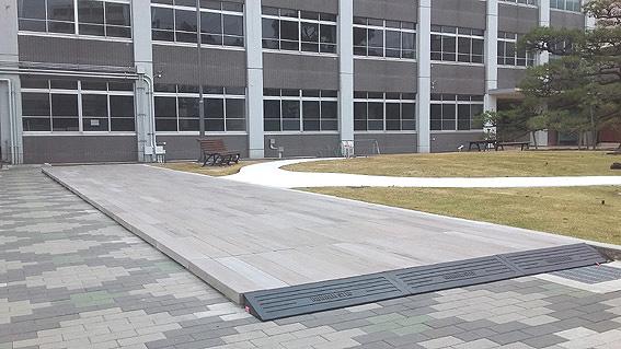 床板デッキ工事<br /> 擬木コンクリート製です。